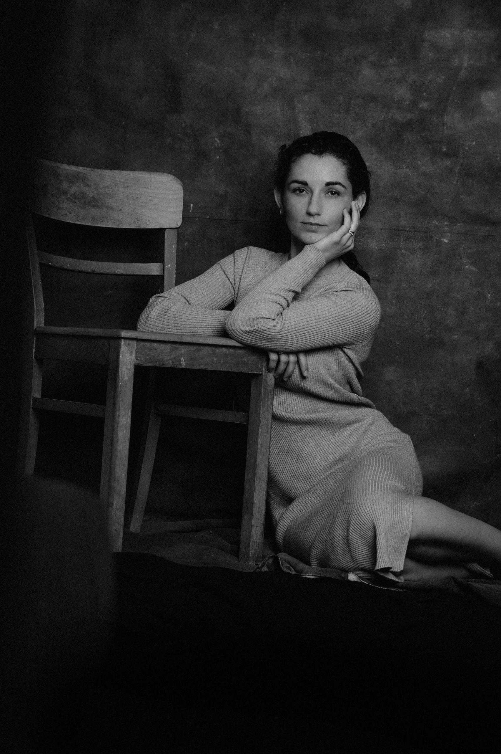 Frau sitzt neben Stuhl