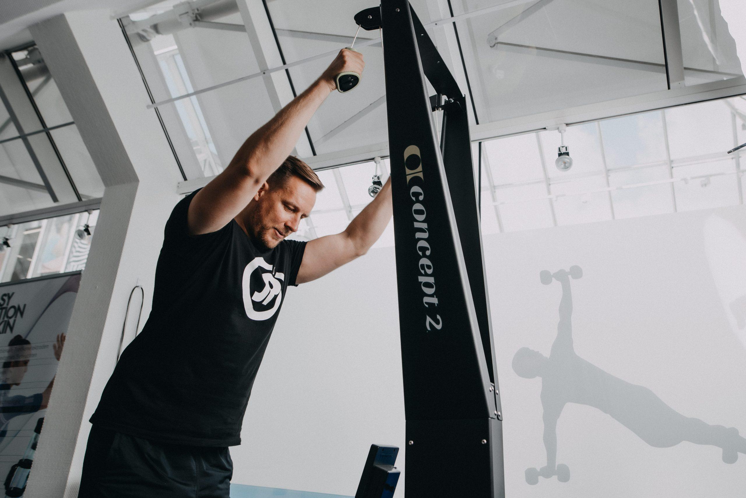 Mann trainiert an Sportgerät