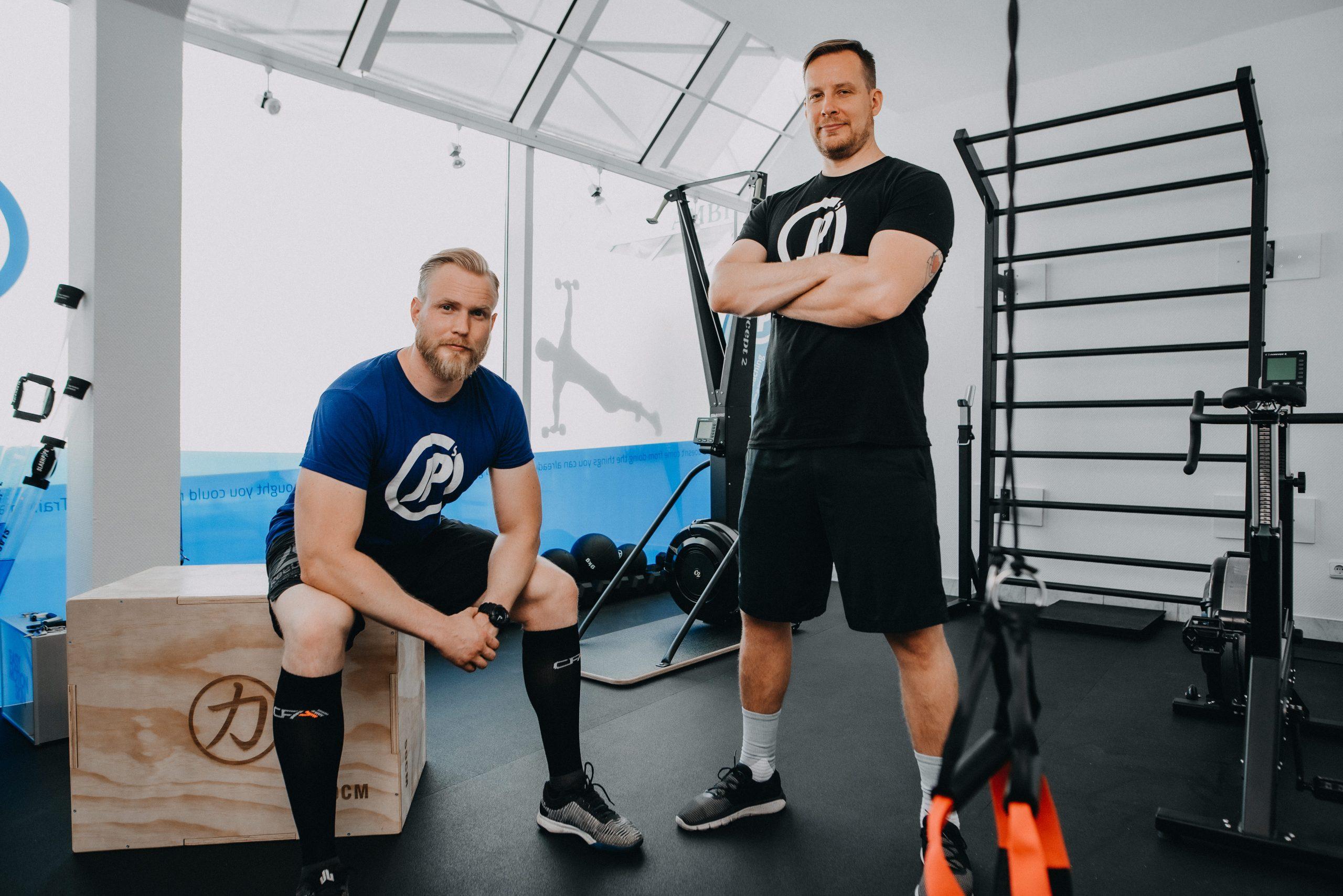 Zwei Männer stehen in Fitnessraum