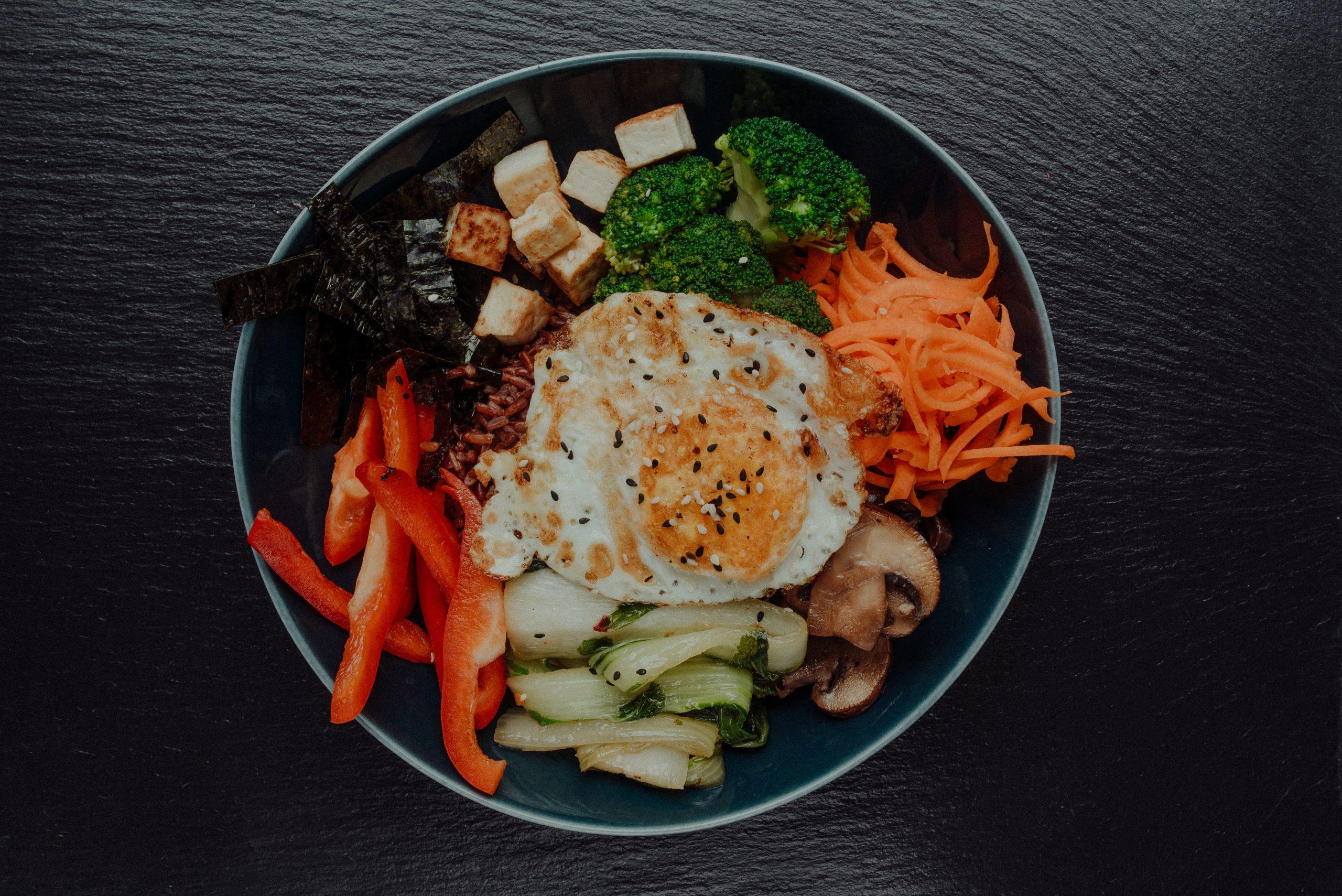 Bowl mit Ei Reis und Gemüse
