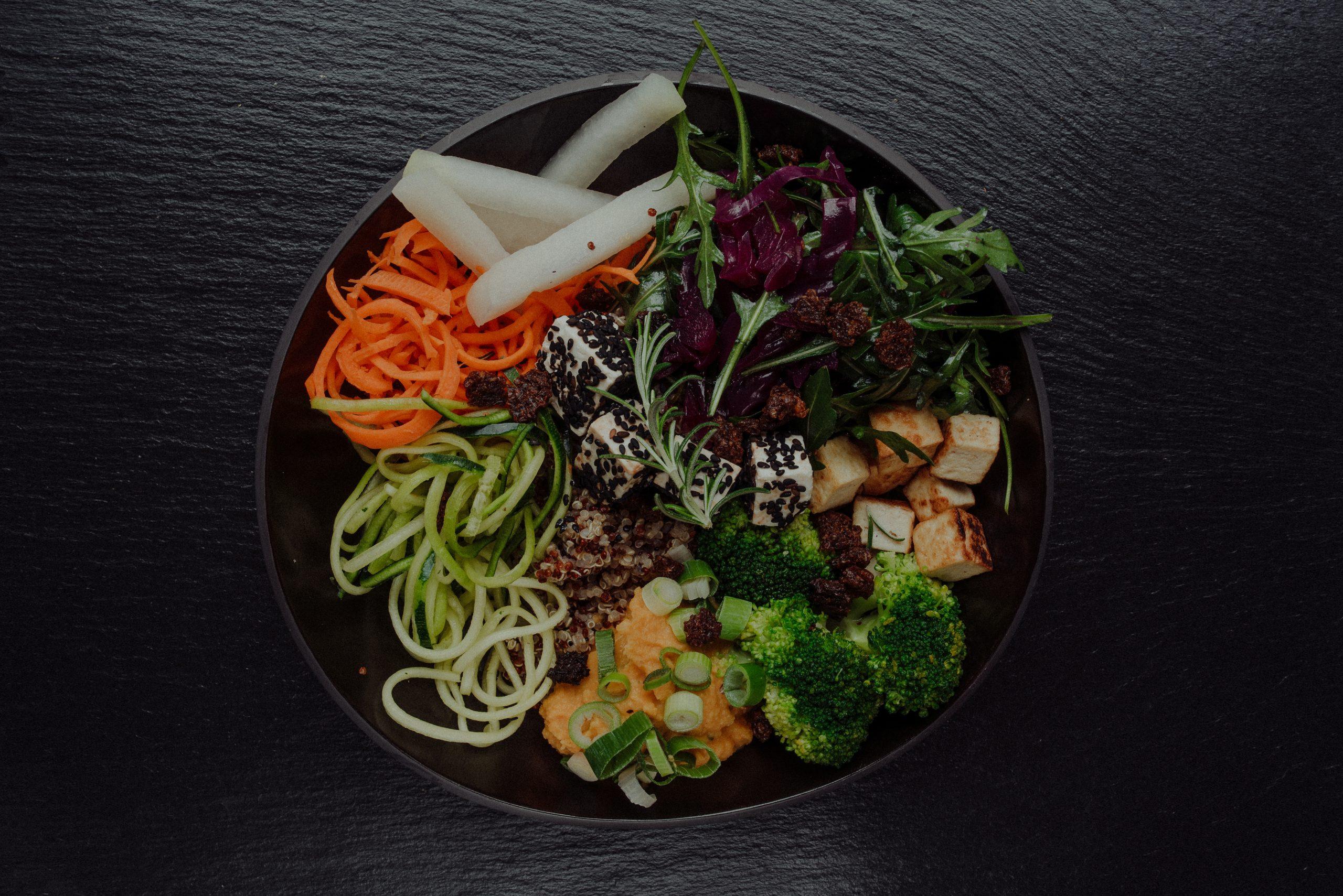 Bowl mit Brokkoli Tofu und Gemüse