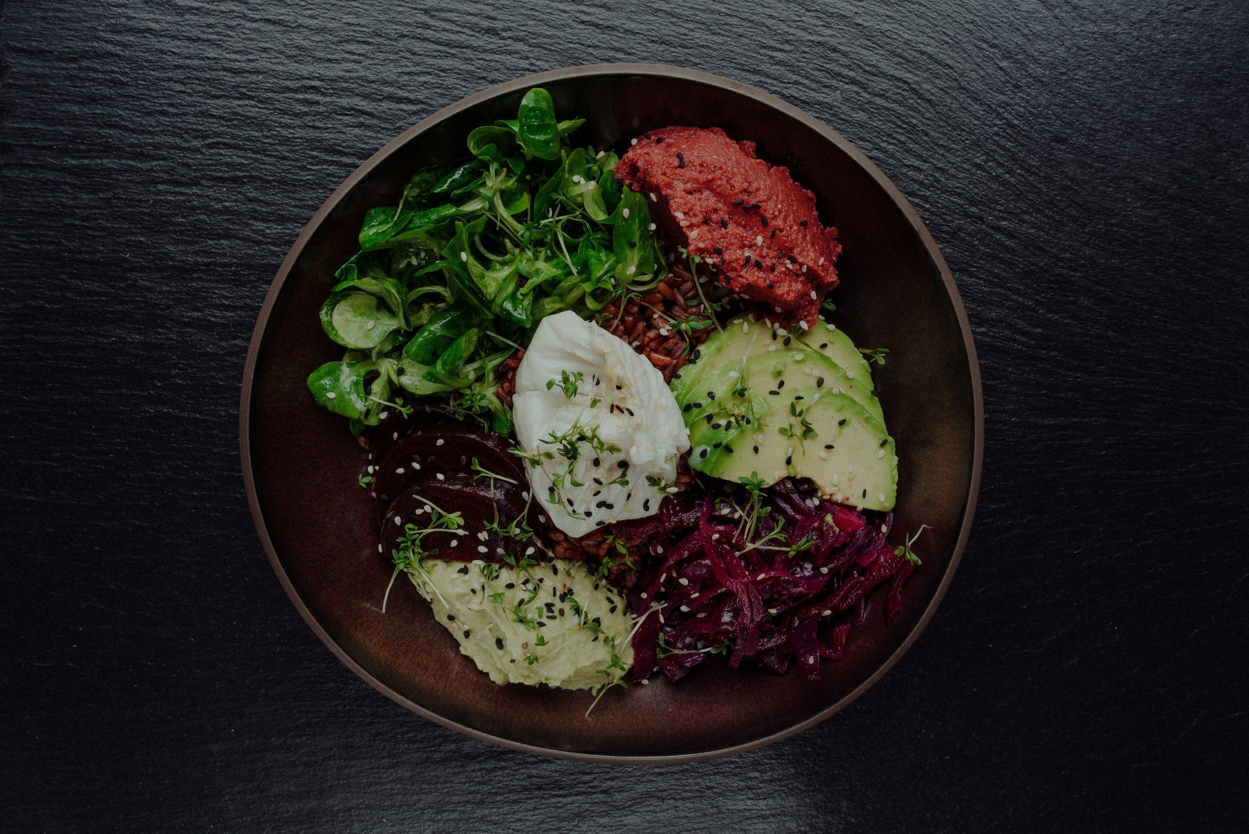 Bowl mit Salat Ei Avocado und Gemüse