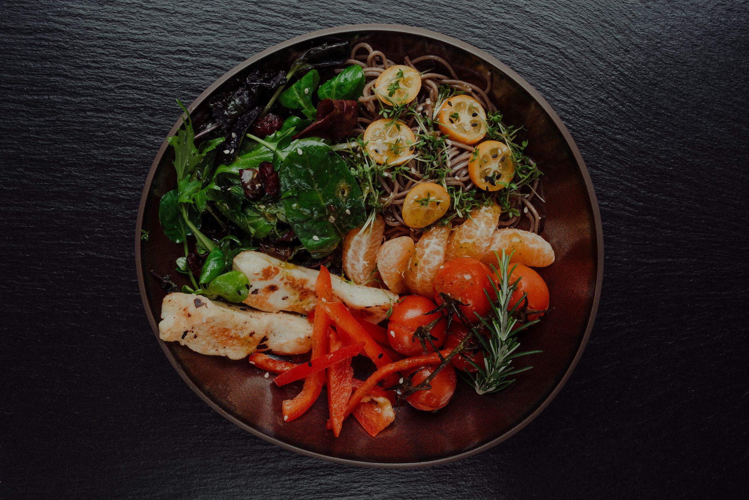Bowl mit Salat und diversem Gemüse