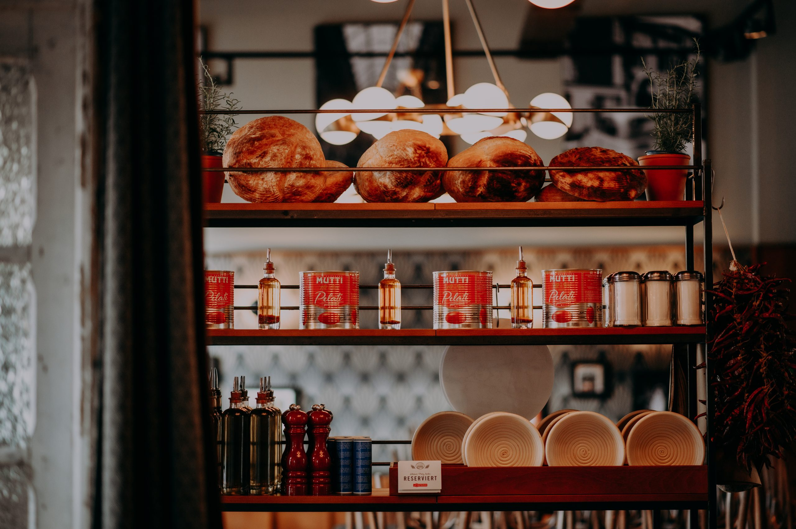 Regal mit Brot und Öl