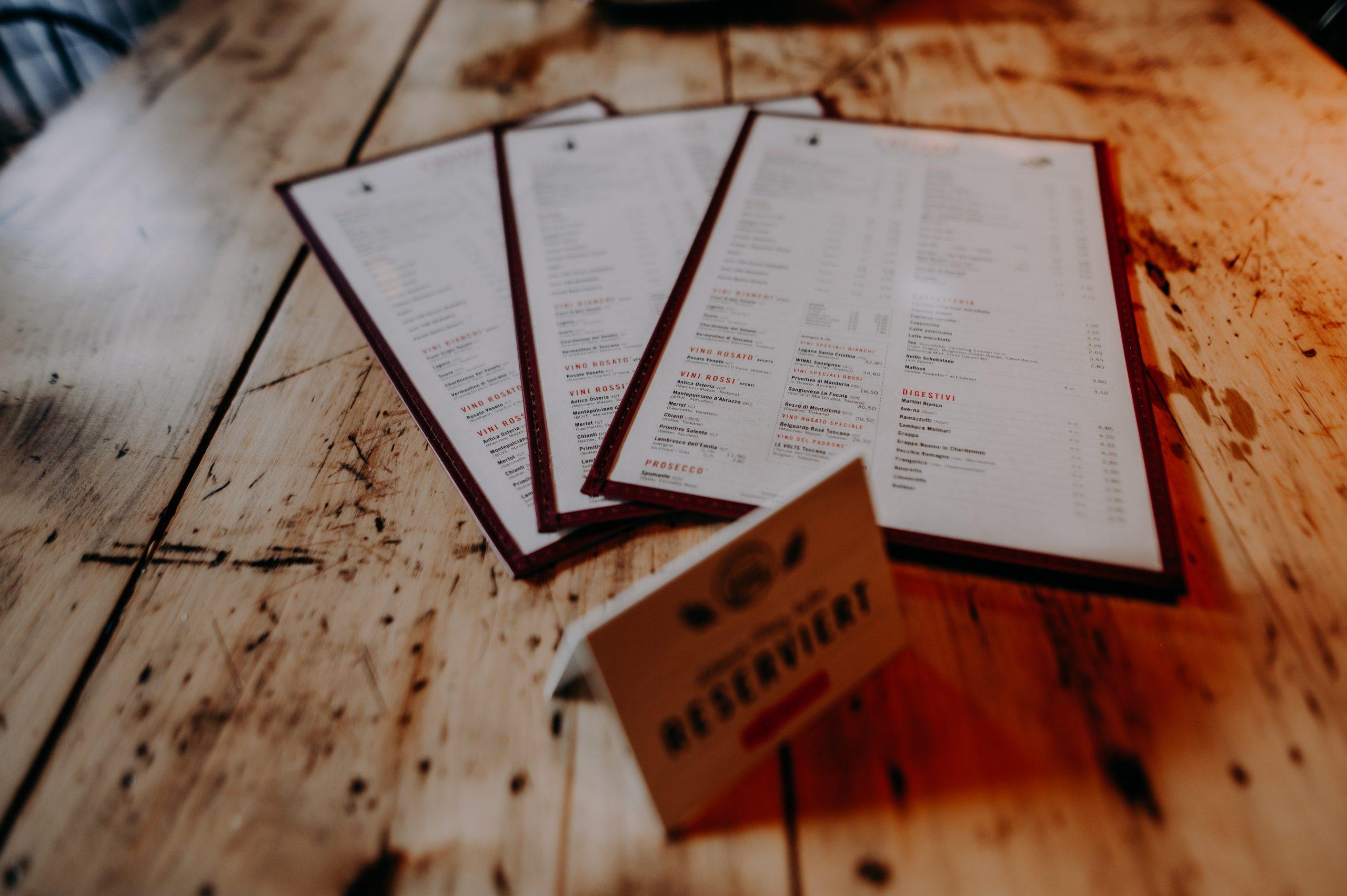 Nahaufnahme Speisekarten auf Holztisch