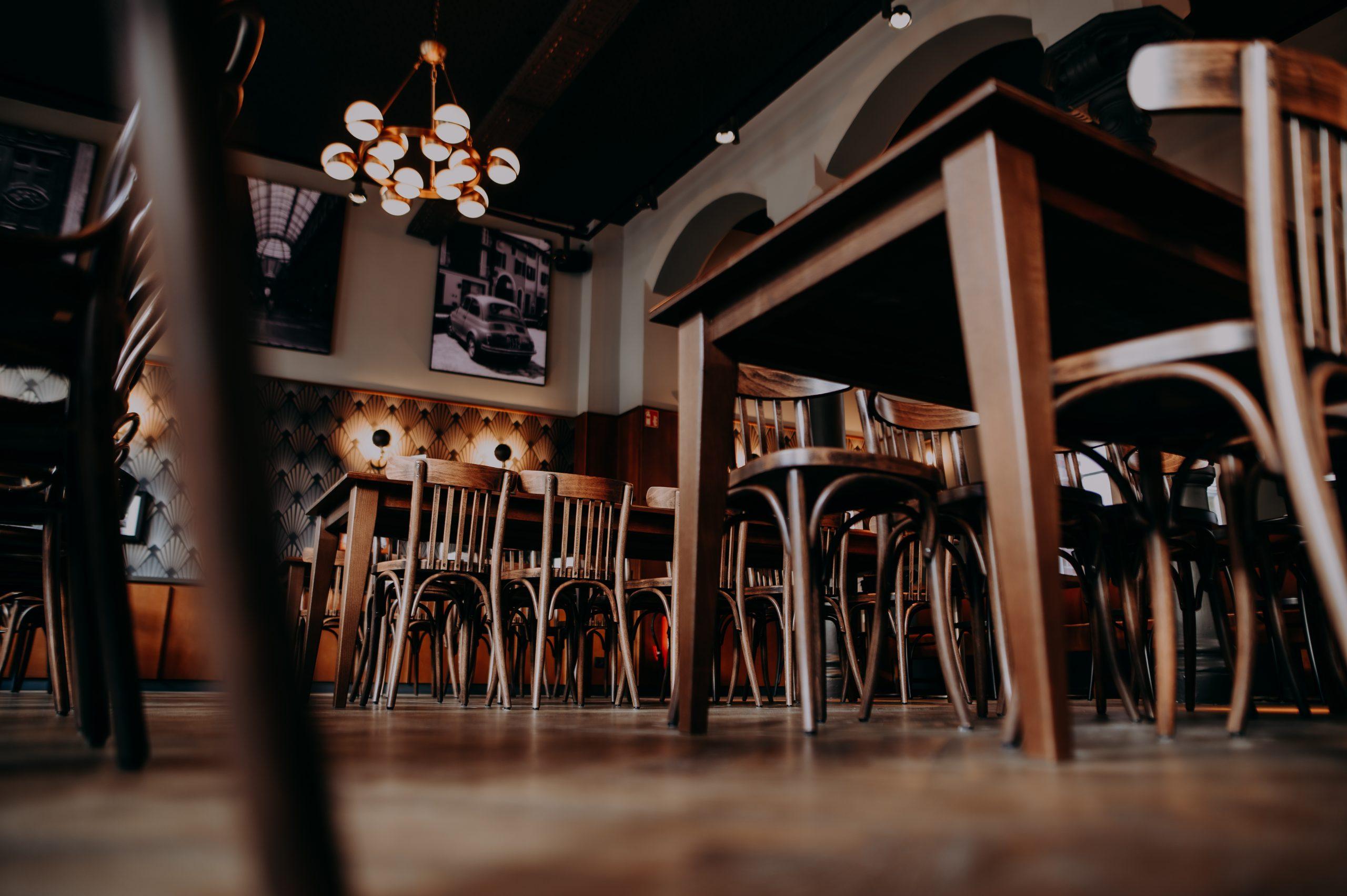 Froschperspektive Holztische und Holzstühle