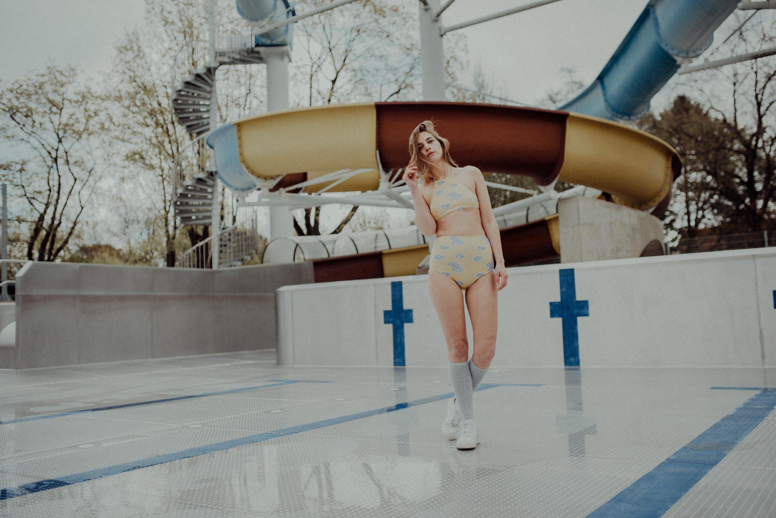 Frau in Badeanzug in leerem Schwimmbecken
