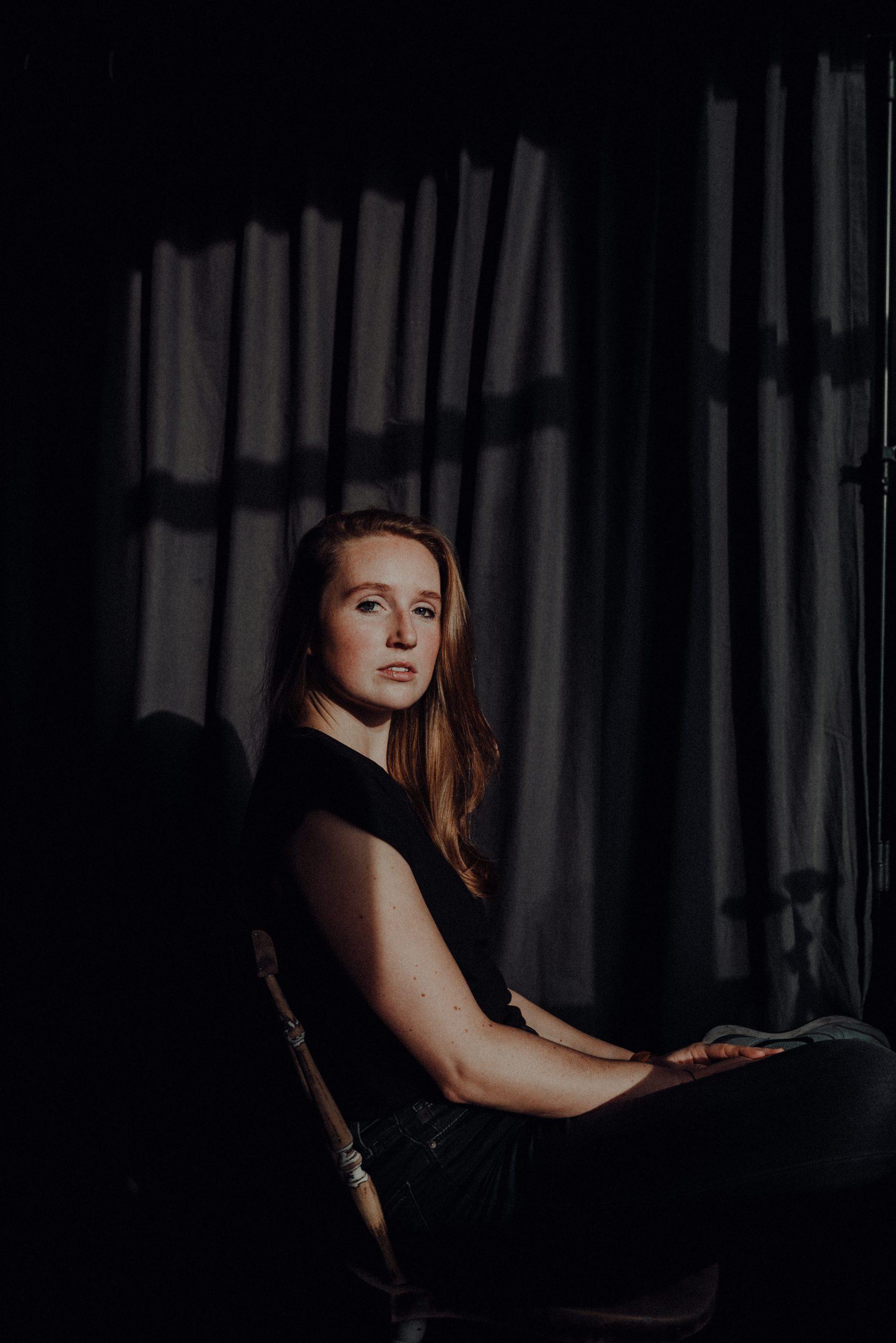 Frau auf Stuhl im Sonnenlicht