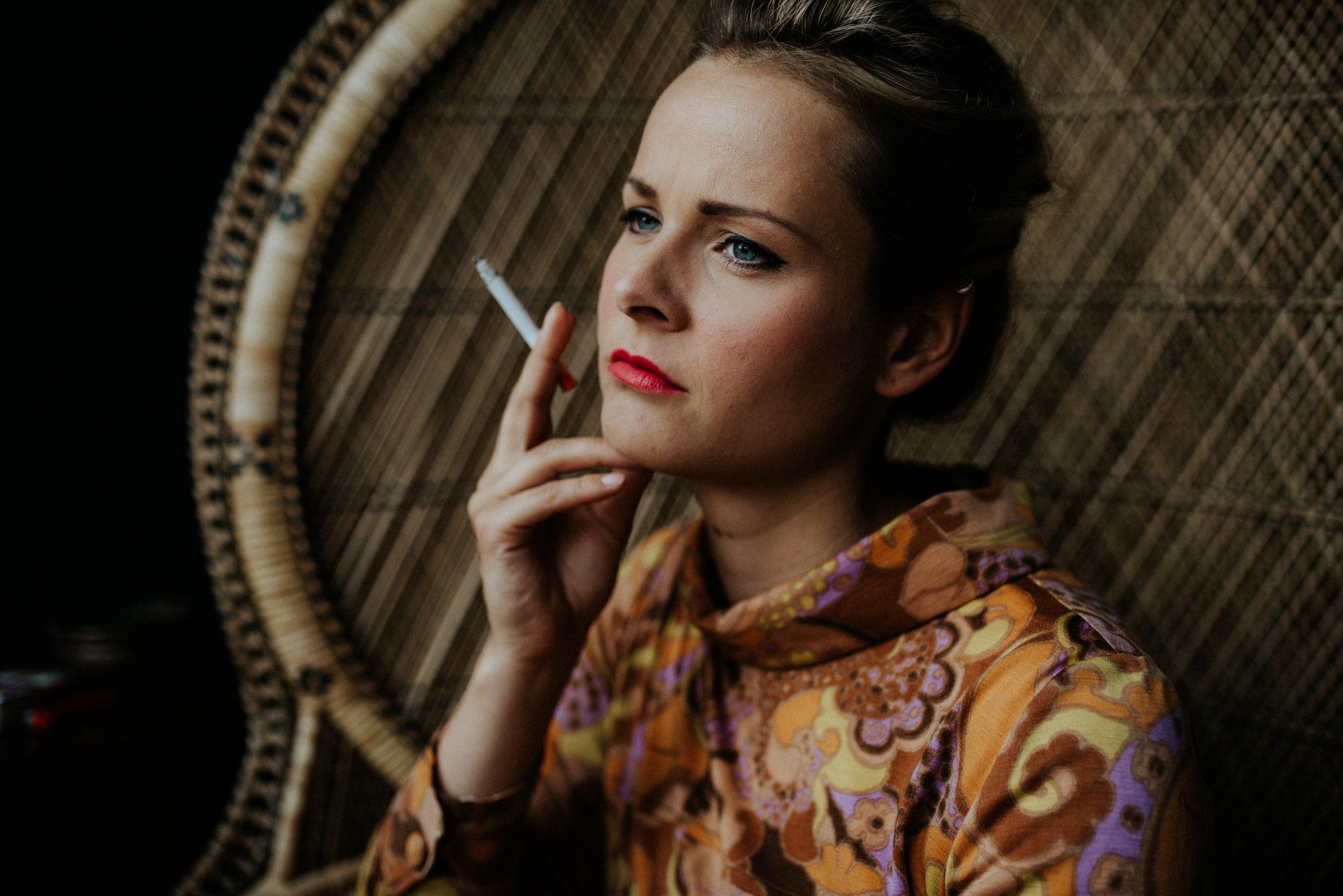 Rauchende Frau auf Pfauenthron