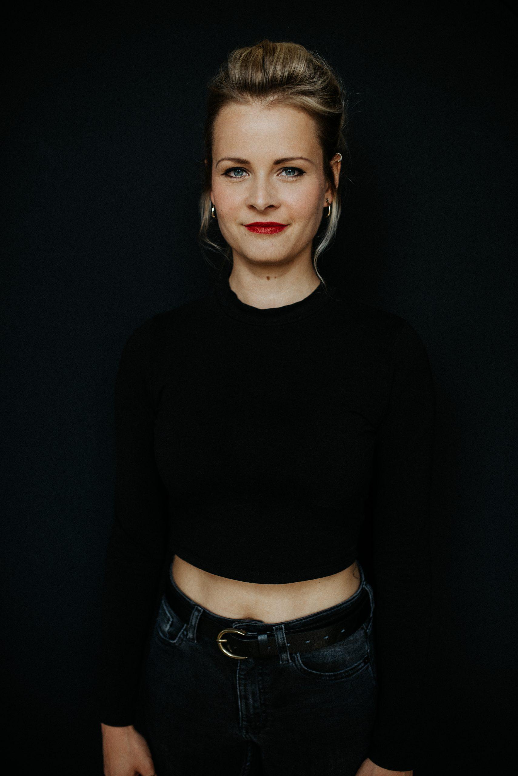 Frau vor dunklem Hintergrund