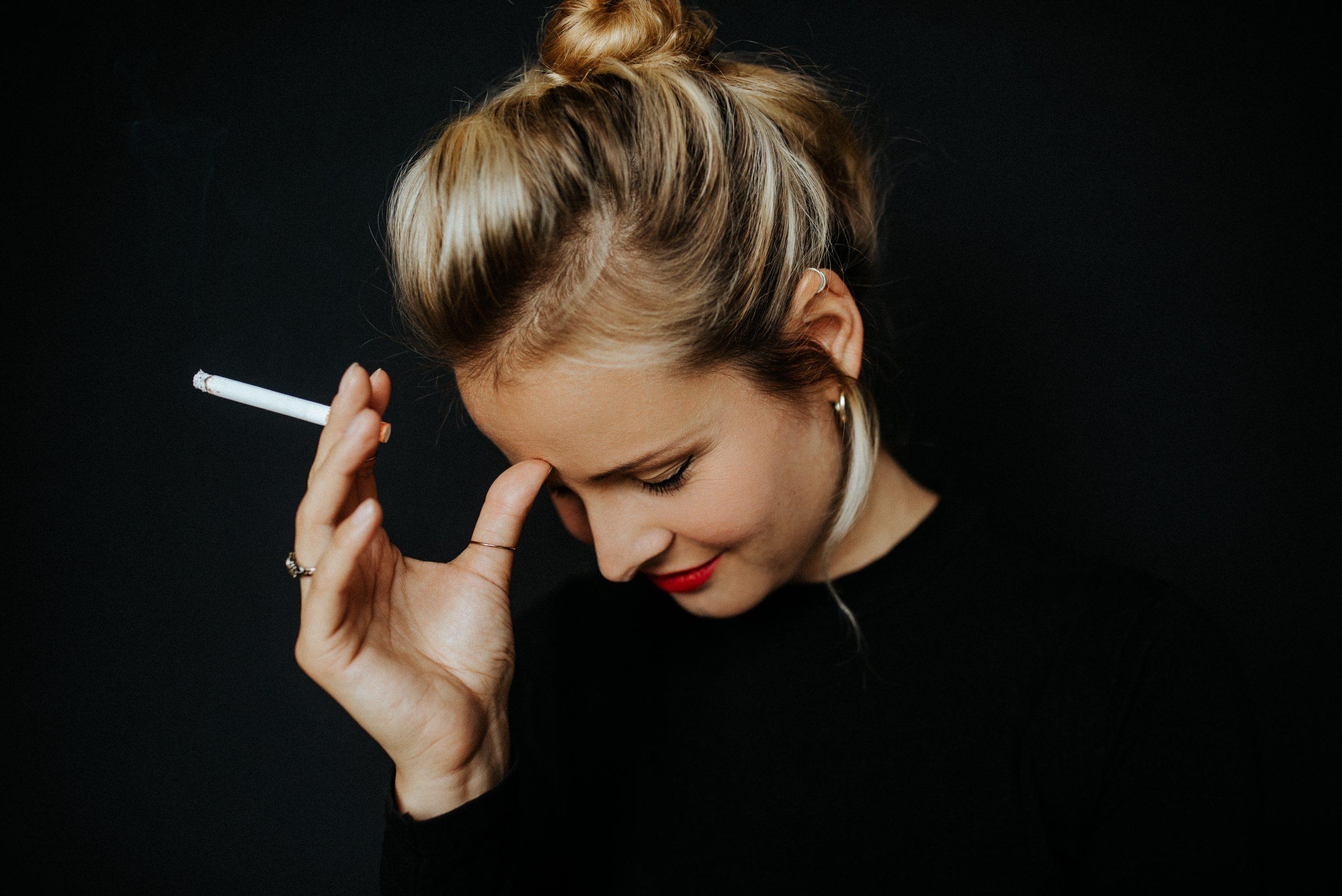 junge Frau mit Zigarette