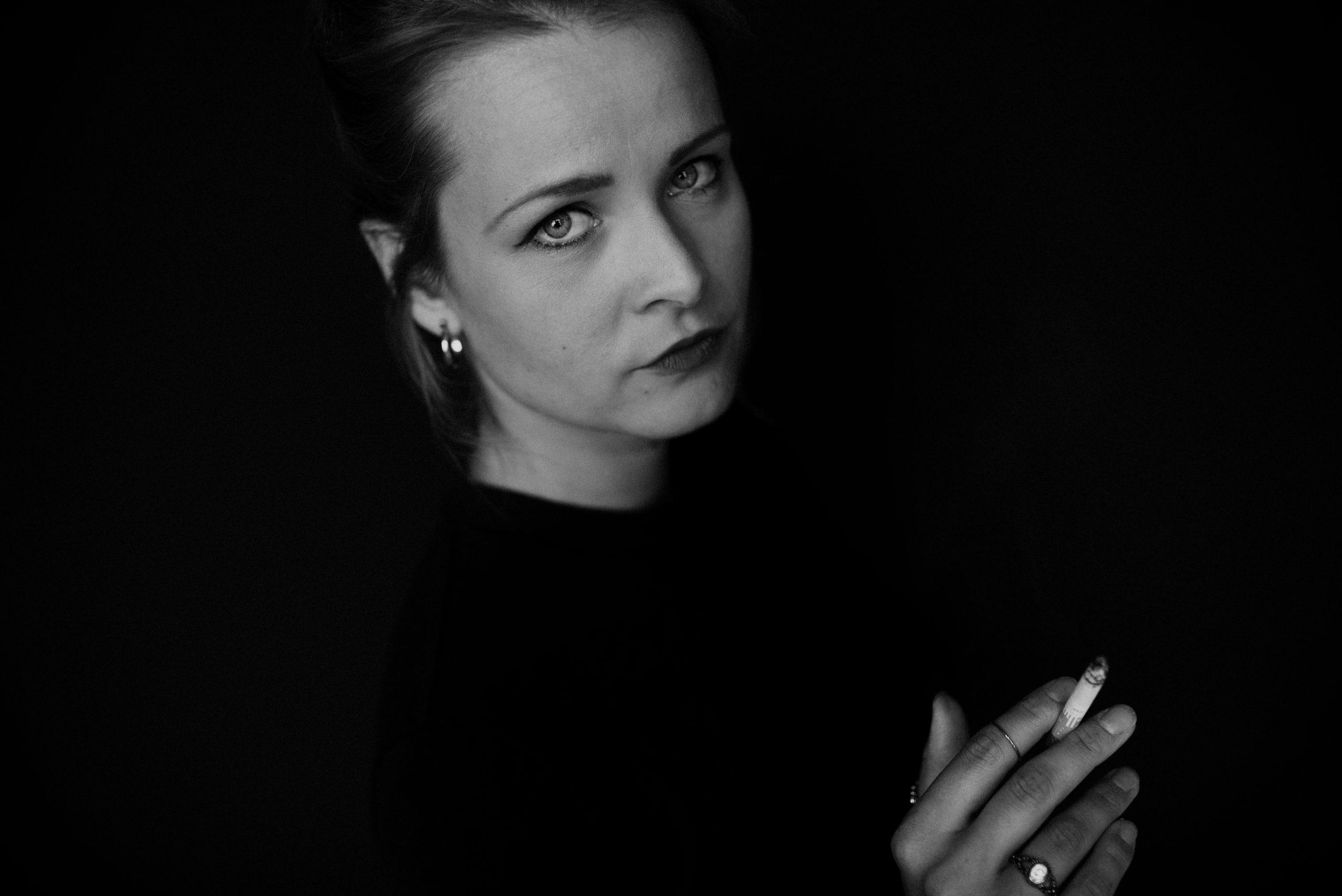 Frau mit Zigarette in der Hand