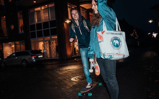 Mann und Frau mit Skateboard in der Nacht